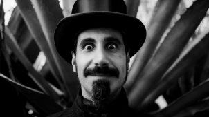 "imagen de SERJ TANKIAN lanza línea de colgantes de su álbum ""Elect the Dead""."