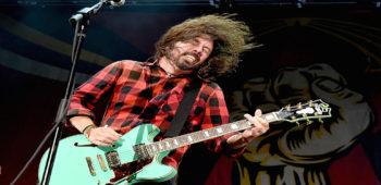 imagen de Dave Grohl engaña al público sueco con falsa caída del escenario