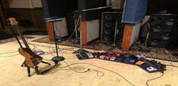 """imagen de TOOL vuelve al estudio  con  Justin Chancellor """"Haciendo un gran progreso"""" con las partes del bajo."""